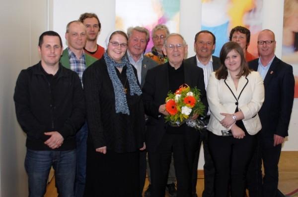 Pfarrer Pucher mit Jugendlichen des Jugendrats